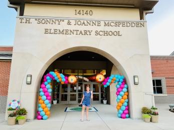 Elementary school curved column balloons